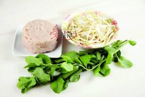 材料:栾樨叶150g、 鱼肉200g、芽菜200g、 蒜茸适量 调味料:盐适量