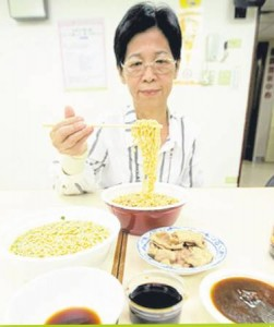 六十五岁的郑丽真年轻时常将泡面当正餐,以致须洗肾度过下半生,她以过来人的身分提醒大家,切忌重口味并多喝水,以降低洗肾的发生率。