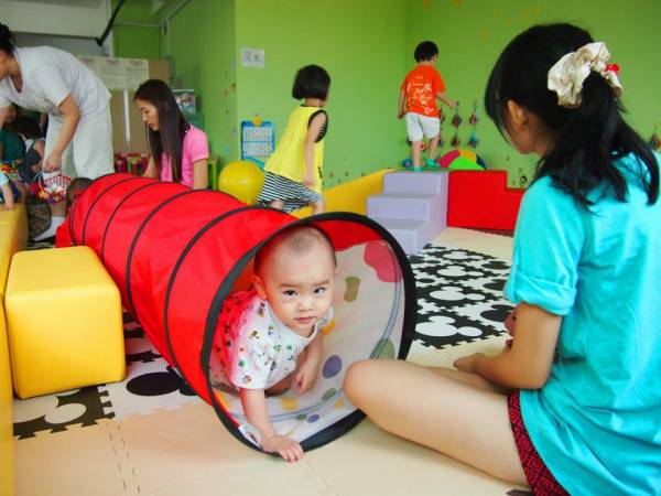 """有4位妈妈为了拉近父母与孩子的关系,联手创办了一间""""亲子馆"""",供父母和孩子一起玩乐。"""