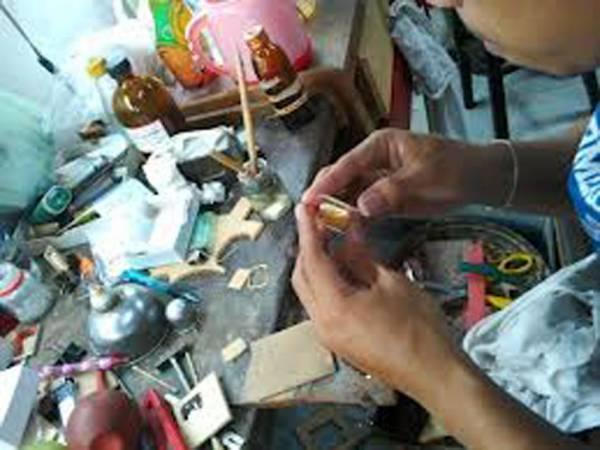 制作金脸佛用料多为经粉、药材、及多种圣物。其中有些材料是不容易取得的。