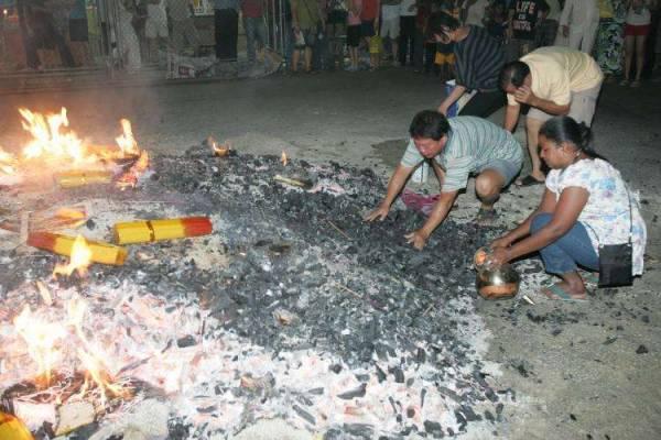 """除了九皇爷神灰蕴藏无穷的能量之外,在九皇爷诞""""过火坑""""所用的木炭,信徒们都会携带回家,据悉这些木炭能保佑全家平安。"""