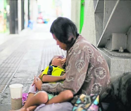 每逢乞丐发财日,有的会携带幼儿,甚至出动全家一起在庙宇外乞讨。