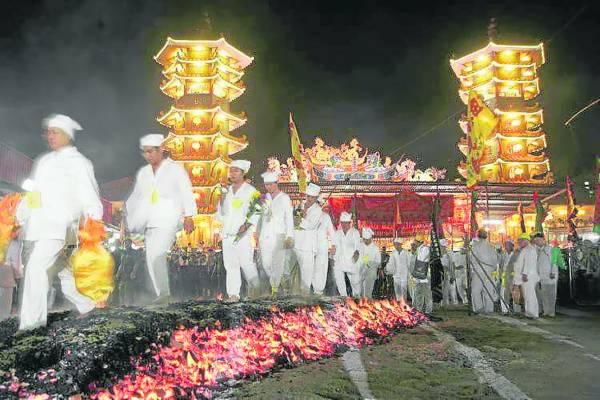 逢九皇爷诞,香火鼎盛,信徒可以向神庙拿些香灰回家镇宅挡煞。