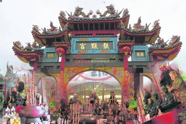 天地宫结合了儒家、释迦牟尼以及道教的思想,殿内也是供奉着儒、释、道的神明。