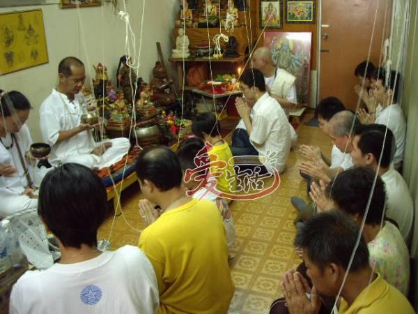 Master Kong的信徒许多都是专业人士,他经常与信徒一同修行佛法。