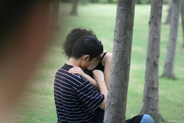 """情侣情到浓时,忘了礼仪廉耻,更不管身在何处照样""""卿卿我我"""",结果成为别人偷窥的对象。"""