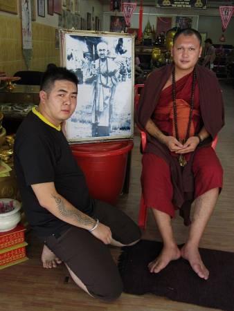 """龙普年是泰国已故高僧龙普碧温嫡系传人(相片),左为法主公坛主Kenny协助龙普年举办""""火神油镬生煮高僧""""法会。"""