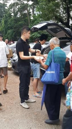 拿督吳承澔平时也乐善好施,除了义诊,也常送饭派水给孤老及不幸的一群!