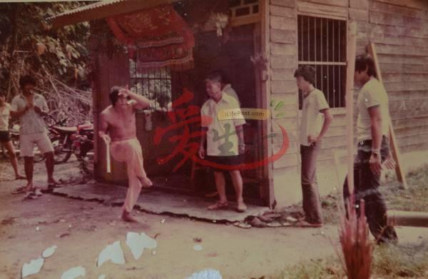 乩童陈明山(左)即是当年首位被大圣爷附身的孩子,而他起坛时总是赤膊又赤脚,蹦蹦跳跳的。