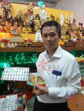 圻安是新加坡唯一用四色牌结合麻将看命的算命师。