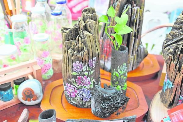 竹炭比黑炭更脆弱,但经Anna巧手美化成花瓶, 可以养万年青。