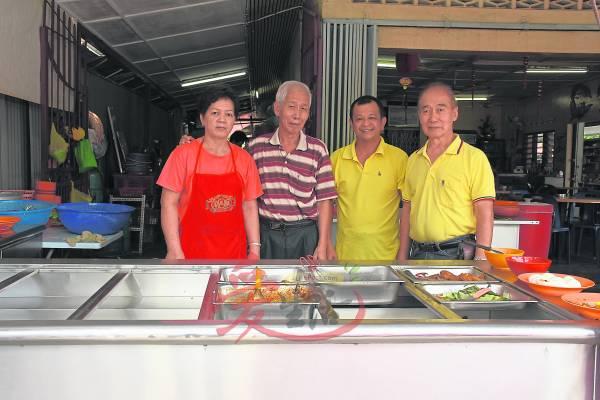 经济饭的夫妻(左)与叶师傅。 安邦龙凤茶餐室 341, Jalan Merdeka, Kampung Baru Ampang, 68000 Ampang Selangor . GPS : 3.139788.101.764540