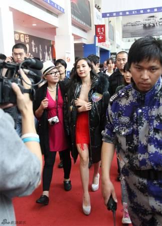 中国裸模一脱成名,从此名利双收。