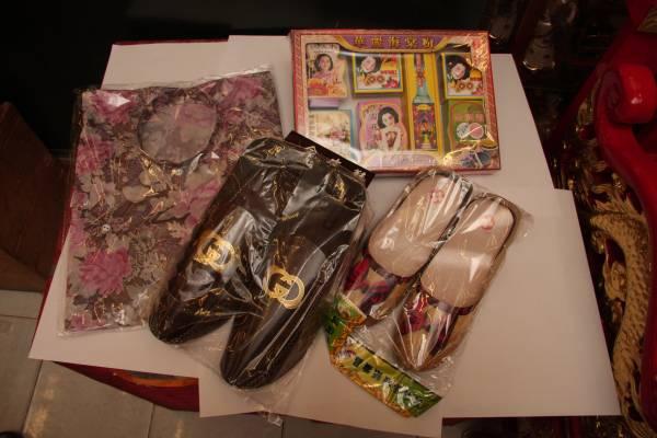 如果祖先是女性,可以多烧一些新衣裳、新鞋、胭脂水粉等给她们打扮一番。