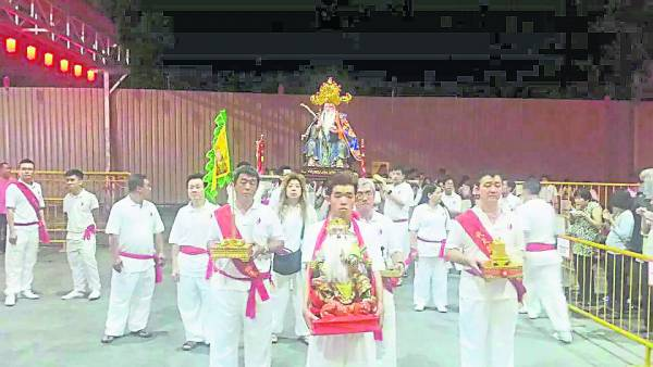 每一年宏茂桥代天阁神佛举办游行,吸引大批善信到来朝圣。
