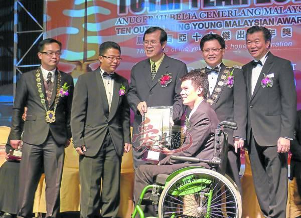曾获2011年大马十大杰青颁奖礼。