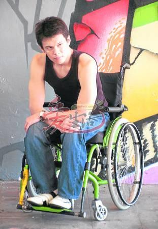 """2010年,蔡志远参加赛""""Cleo Bachelor of the 单身汉""""Year最佳活动,成为第一位入围的残障单身汉,从此返回模界。"""