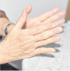 长期在电脑前的朋友,可以利用桌子横边做轮轴似的推动,有效的缓解颈腰痛、利眼目。