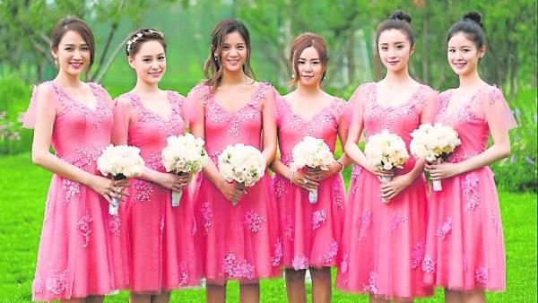 今年陈妍希结婚时,陈乔恩做姐妹团(最左)之一,扬言要接到捧花,那知事与愿违。