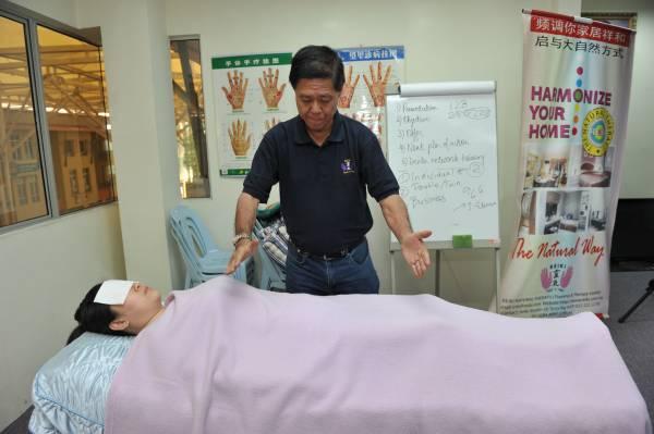 他神奇的双手已治愈许多有病的人,最玄的事,还能隔空治重症!