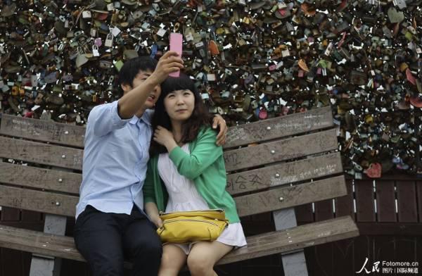 """世界各地的年轻情侣大都喜欢买一把爱情锁""""锁""""住爱情!"""