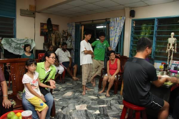 一进屋内,大厅挤满了等待看病的病患。