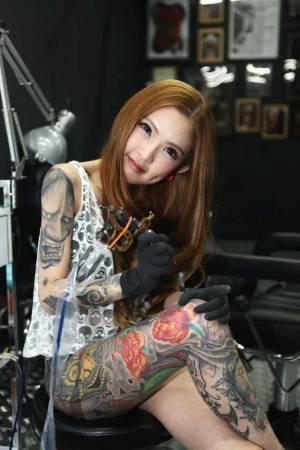 身材火辣、样貌出众的Kinki,从不靠外貌上位,她以出众的纹身技术驯服许多人。