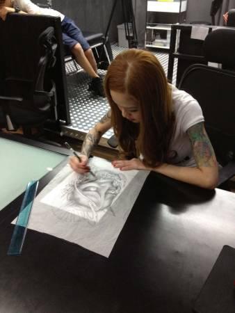 Kink留在店里加班设计新的纹身图案。