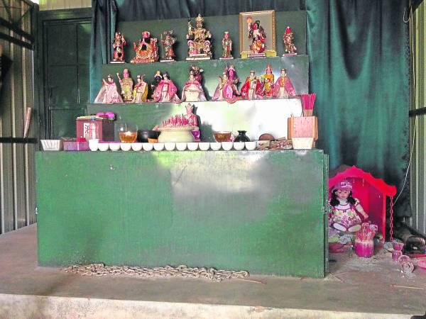阴府七姑娘庙庙宇虽然很小,但香火却非常鼎盛,神台第二排为阴府七姑娘,右下角为古曼丽。