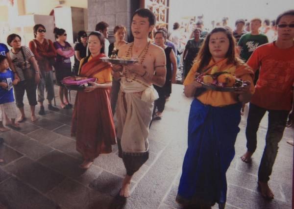 新加坡九条桥新芭拿督坛是一间非常特別的道教庙宇,因为这是一座供奉三神的庙宇,代表三大族群,即?华人、马来人和印度人的神明。