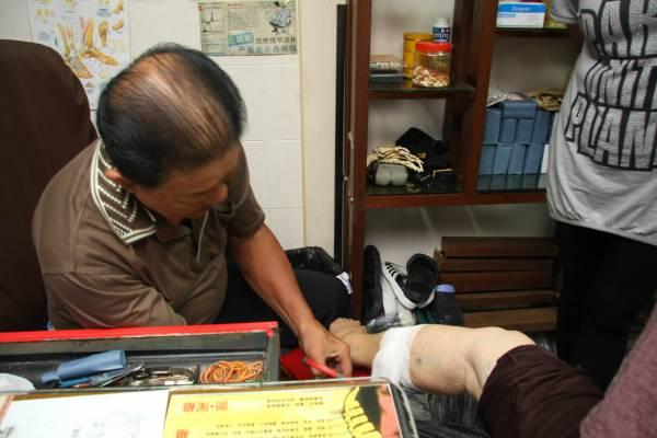 王医师表示病患做了刺血疗法后,会流出血管阻塞的血,暗淡红色就是瘀血。