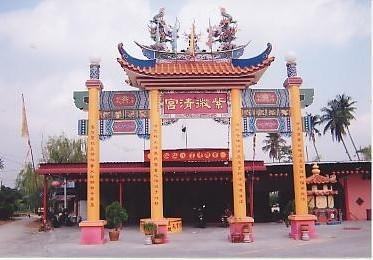 财神爷也爱眷顾善男信女,槟城紫微清宫在庆祝八仙仙师圣诞千秋庆典售卖的300张彩票,其中有一张竟开出二奖。