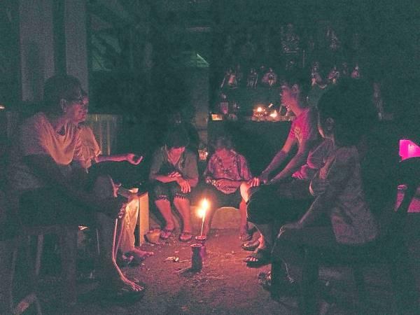 七姑娘赐财的方式很特别,以酒瓶排列布阵,启发善信众的投注灵感。