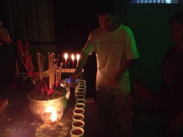 庙里特别的开运方式,以手指沾点燃酒火为善信点穴开运。