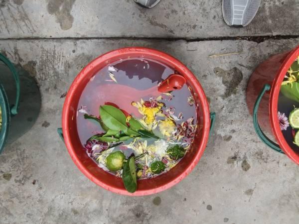 5桶盛有七色花和痲疯柑的水,再用五龙吐水清净灵符化了,放入水中来净化身上的衰运。