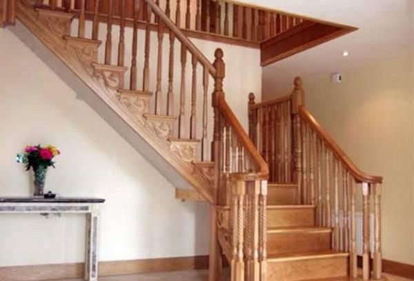 由于住宅是聚气藏风的地方,楼梯与门直冲会犯了冲门煞,会造成财气和福气的流失,因此楼梯不宜设在正对大门的地方。