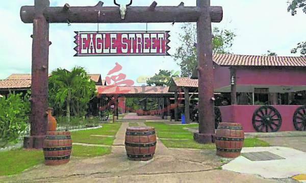 """雄鹰牧场度假村门口大大个写着""""EAGLE STREET"""",只要看到这字就代表你已到达啦!"""