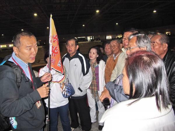 导游忙到昏:西安导游小李表示,由于人潮汹涌,导致他要向团员讲解也不能,而且团员都被挤散了。