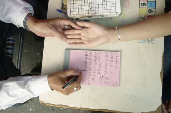 李师父表示,掌纹会随后天的性格和环境而变化,新的变化还是发生在旧手纹上,所以是改变不了命运。