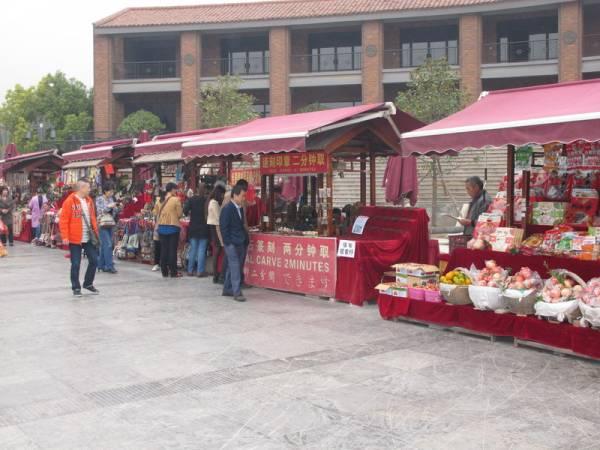 无限商机:兵马俑博物馆带来无限的商机,在场外摆满各式各样的小摊位大赚游客钱。