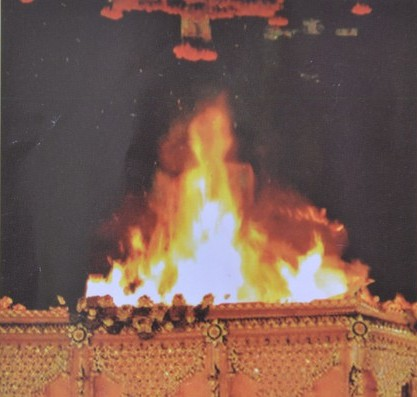 龙甫密猜圆寂时,其遗体被火化时,在熊熊烈火里竟出现了他的金身。