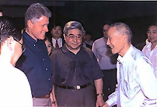 当年:当年杨志发因美国前总统克林顿要会见他,从此让他飞上枝头变凤凰。