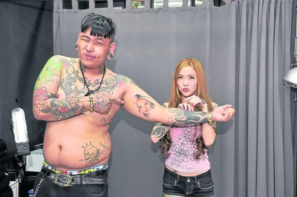 Poppen在左手臂纹上师傅Kinki的样子,以示尊敬,完全不怕女友会吃醋。