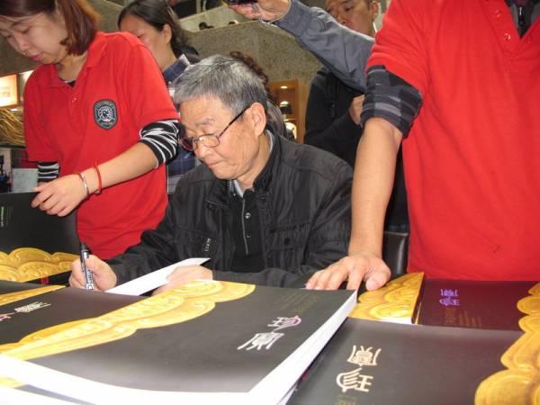 现在:如今杨志发被任命为兵马俑名誉会馆,如果他为游客签名,还会获得额外津贴。