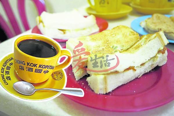 黑咖啡/炭烧面包 中国酒店 地址 : 5,Jalan Stesen,41000 Klang, Selangor电话 : 03-33710996 营业时间 : 平日7am至6pm 周六、日7am-2pm