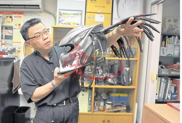 雷医生表示,从外国定制的头盔具有控制风力的功能,33条发丝控制奔驰的速度。