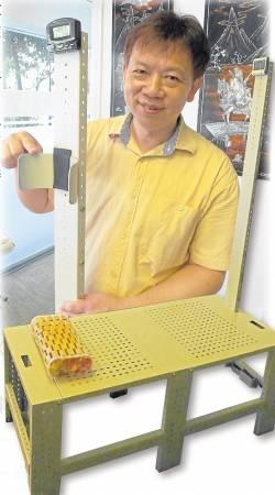 """长居新加坡多年的香港籍专业 推拿按摩师张智翔表示,拉筋疗法可以消 除百病,然而在这套疗法中,""""拉筋凳""""是重要器材。"""