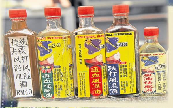 这些药油全是张医师自己上山采药加工提炼的。