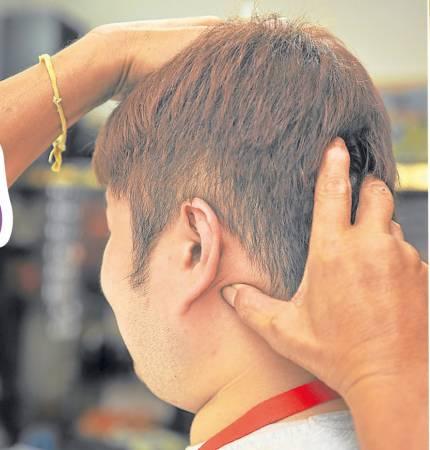 据张医师解说,耳背的某个穴道能改善近视。