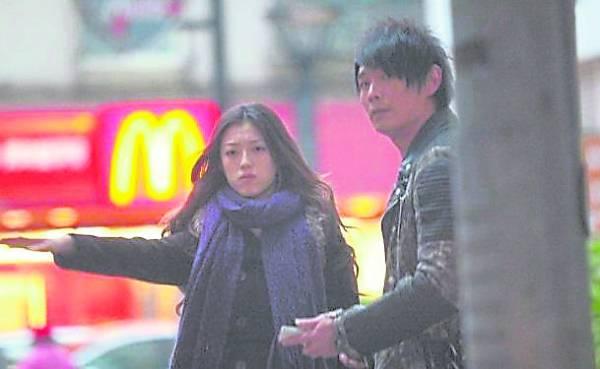 就是这张与小模杨佳欣的照片泄出,在娱乐圈掀起千层浪,也让模范人夫的黄品源好男人形像一朝丧。